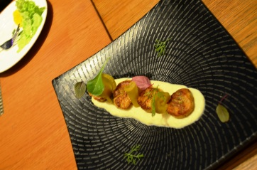 Seared scallops with cauliflower veloute, lemon scented crumb and daikon